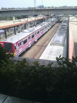 Kereta Commuter Line yang terparkir menunggu penumpang di Stasiun Tanah Abang